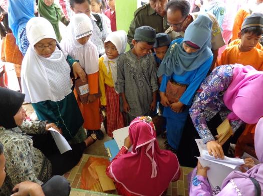 FOTO KEG. Anak-Anak terlihat antusias dalam menunggu giliran mereka Masing-masing untuk penyerahan bantuan Kelengkapan Pendidikan Rp. 250 Ribu ditambah dengan Perlengkapan Sekolah lainnya